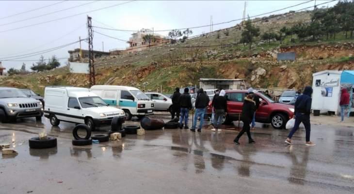 محتجون قطعوا طريق عام راشيا الوادي المصنع بالإطارات المشتعلة