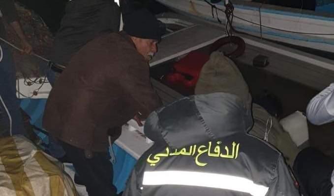 الدفاع المدني: سحب مياه من داخل زورق لصيد الأسماك ومستودع في صور