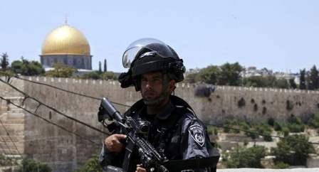 مستوطن يطعن شاباً فلسطينياً بسكين في رقبته خلال خروجه من المسجد الأقصى
