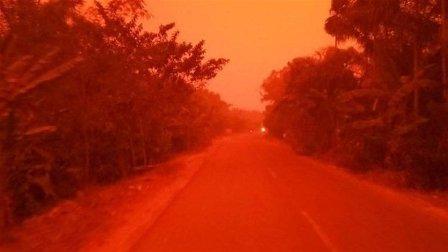 سماء إندونيسيا تتحول للون الدم... فيديو يوثق المشهد المرعب!