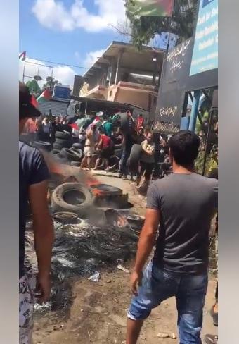 بالفيديو: استمرار الاحتجاجات على مدخل الرشيدية وأغلاق الطرقات بالاطارات المشتعلة احتجاجاً على قرار وزارة العمل اللبنانية بحق العمال الفلسطينيين
