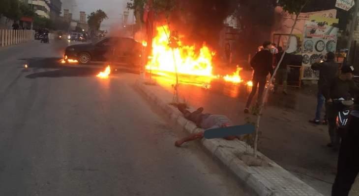 مواطن يضرم النار بسيارته قرب مطعم الساحة طريق المطار بسبب الاوضاع الاقتصادية
