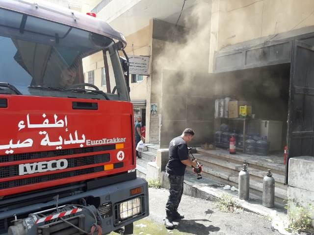 بالصور.. اخماد حريق اندلع داخل مستودع لل kfc في عبرا شرق صيدا