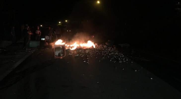 تجمع لمحتجين بساحة إيليا في صيدا وقطع الطريق في المحلة