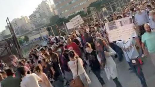 تجمع عدد من المحتجين برياض الصلح مرورا بجمعية المصرف وصولا لمصرف لبنان
