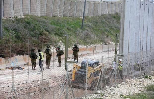 خرق قوات الاحتلال الاسرائيلي هو بناء 9 أعمدة للجدار الإسمنتي على شكل تي وول