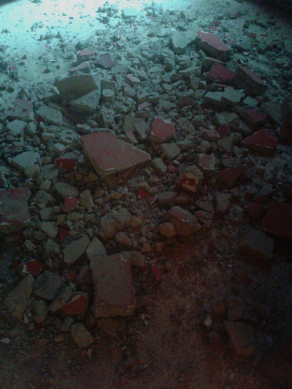 بالصور : نجاة عائلة في مخيم عين الحلوة بعد انهيار جزء من سقف منزلها