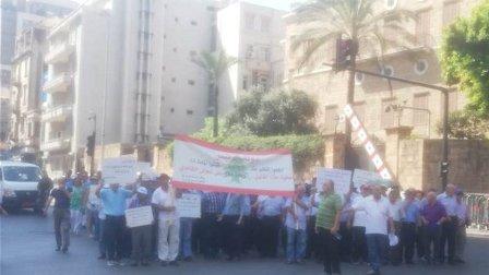 معتصمو الثانوي وصلوا الى بيت الوسط مطالبين بلقاء الحريري