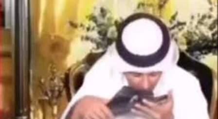 تقبيل مقدم برامج إماراتي نعلا لمحمد بن زايد يثير سخط الاماراتيين