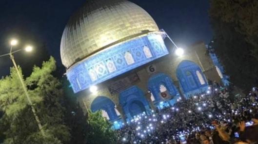رغم تضييقات الاحتلال.. أعداد كبيرة من الفلسطينيين في المسجد الأقصى لإحياء ليلة القدر