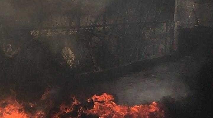 اقفال طريق الوادي بمخيم المية ومية بالاطارات المشتعلة احتجاجا على قرار وزارة العمل