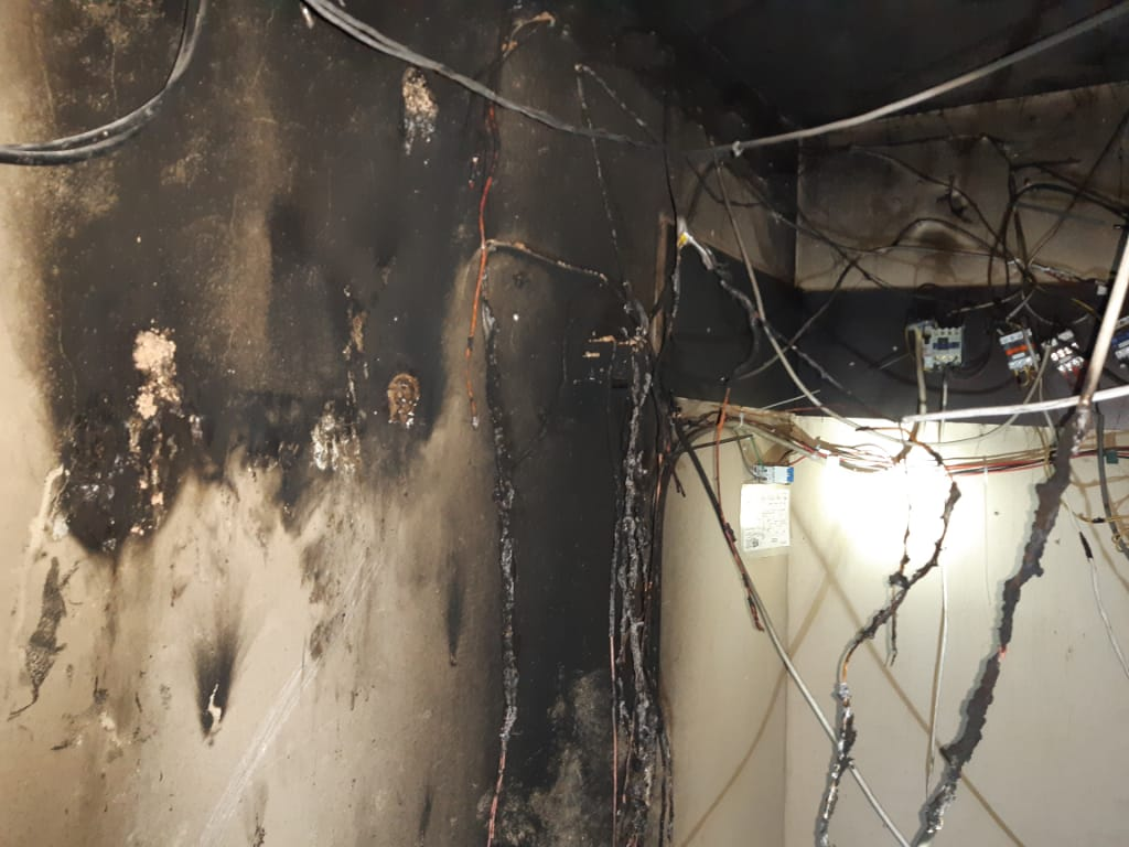 بالصور: اخماد حريق داخل غرفة كهرباء في مبنى سكني في الفوار