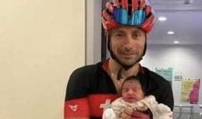 طبيب لبناني يلحق بعملية ولادة على دراجته الهوائية