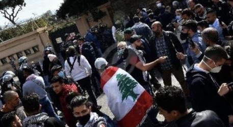 محتجون يعتصمون أمام منزل القاضي عقيقي للمطالبة بإطلاق سراح موقوفي طرابلس