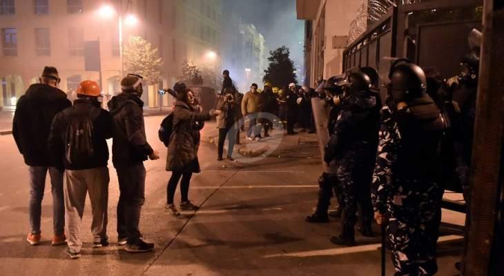 محتجون يحاولون ازالة البلوكات الإسمنتية امام مجلس النواب والقوى الامنية تطلق الغاز المسيل للدموع
