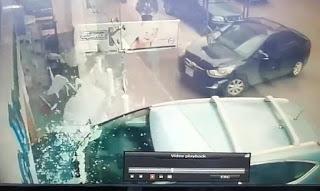 سيارة اجتاحت واجهة صيدلية في عبرا ولا اصابات