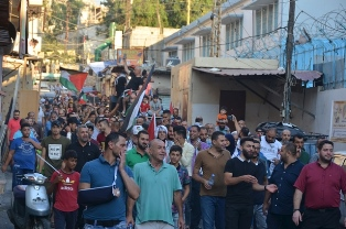 بالفيديو والصور: تواصل التحركات الشعبية الرافضة لقرار وزير العمل في مخيم عين الحلوة