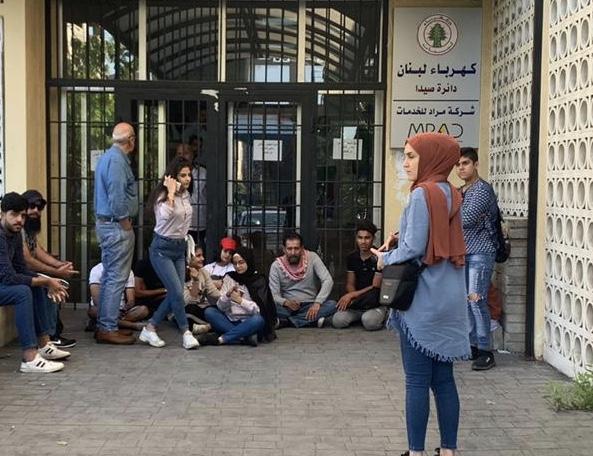 شباب الانتفاضة الشعبية في صيدا يقفلون مؤسسة كهرباء لبنان في صيدا