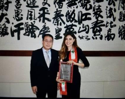 الرسامة اللبنانية ليال الخولي تتسلم شهادة التميز من نائب وزير الثقافة الصيني