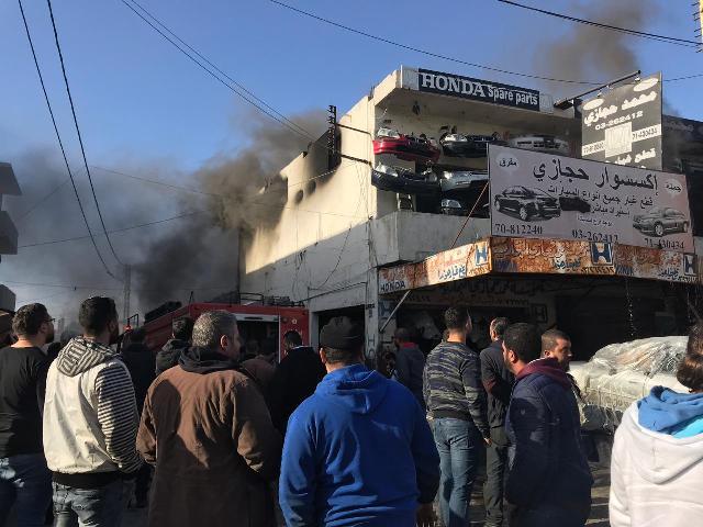 بالفيديو والصور: النيران تلتهم محل حجازي للاكسسوار في المدينة الصناعية-صيدا