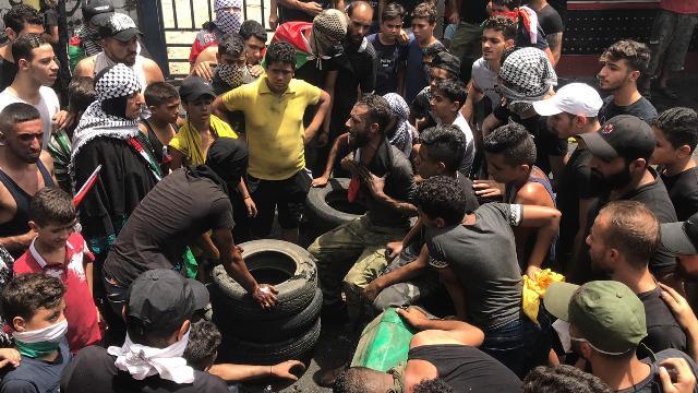 بالفيديو والصور: تواصل الاحتجاجات وقطع الطرق بالأطر المشتعلة  لليوم الثاني في مخيم عين الحلوة