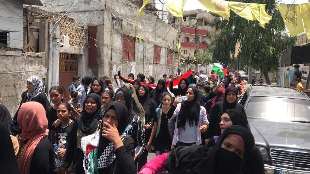 بالفيديو والصور: مسيرة نسائية تجوب شوارع مخيم عين الحلوة احتجاجا على قرارات وزارة العمل