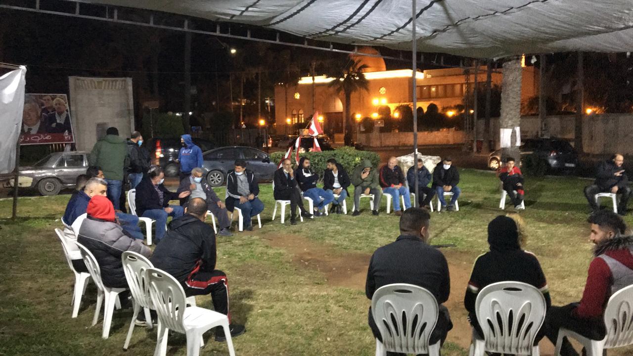 بالصور: لقاء على ساحة الشهداء في صيدا لمناقشة أساليب التحرك في مواجهة سياسات الانهيار والافقار.