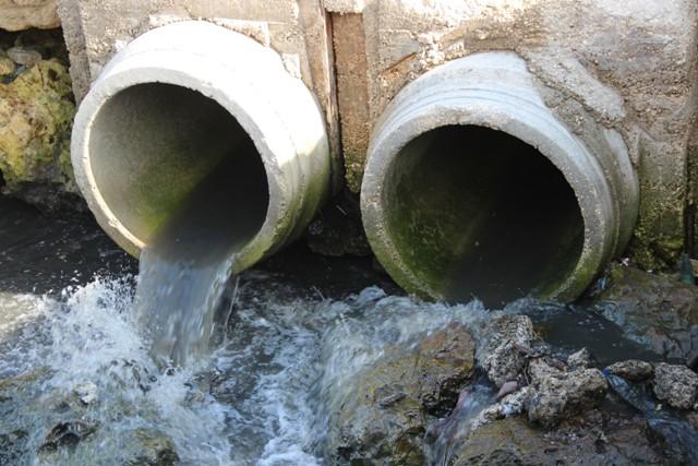 بالصور.. مياه الصرف الصحي ممزوجة بمياه الامطار عادت لتلويث الشاطىء والبحر