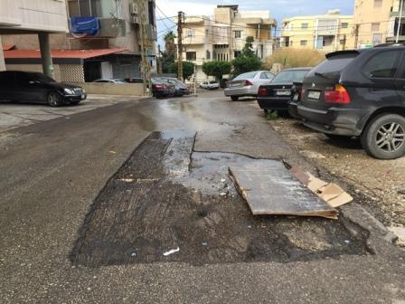 بالصور... المياه مقطوعة عن البيوت لكنها تتدفق في الشوارع! فأين هي فرق الصيانة في مؤسسة المياه؟