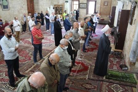 أسامة سعد يؤدي صلاة عيد الفطر في المسجد العمري الكبير ويزور أضرحة الشهداء