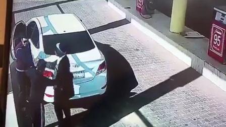 سعودي يضرب عاملاً أجنبياً يثير موجة غضب
