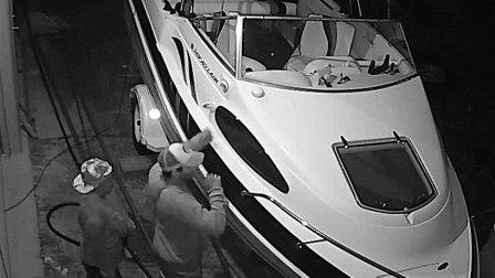 بالفيديو - سارقان كشفتهما كاميرا المراقبة... لكن المفاجأة كانت بما فعلاه داخل اليخت!