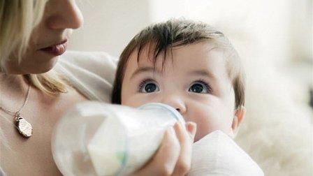 تسببا في وفاة رضيعتهما بسبب ما وضعاه في زجاجة الحليب!