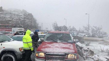 سحب سيارات علقت بسبب الثلوج على طريق ضهر البيدر