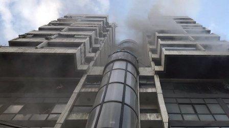 بالصور- حريق في طريق الجديدة واخلاء سكان المبنى