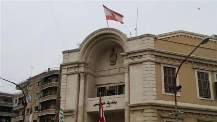 بلدية طرابلس تمنع تعليق الصور واليافطات..