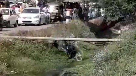 بالفيديو- لحظة سقوط سائق دراجة نارية في قناة الصرف الصحي...