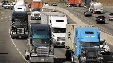 بالفيديو- سائقون يقطعون الطريق بشاحناتهم الكبيرة لمنع شابٍ من الانتحار