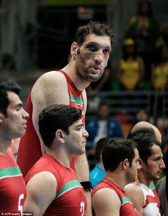 بالصور: أطول رجل في إيران يسرق الأنظار إليه في بارالمبياد ريو