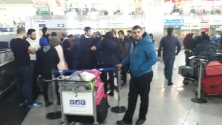 بالفيديو: لبنانيون محتجزون في مطار اسطنبول.. إليكم التفاصيل