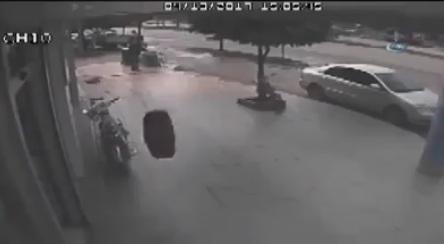 شاهد: عندما تتفاجأ بدولاب سيارة يدخل الى مكتبك