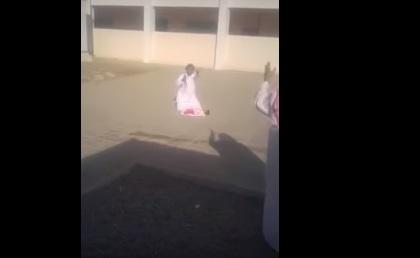بالفيديو- حاول نحر ابنه في فناء إحدى المدارس!