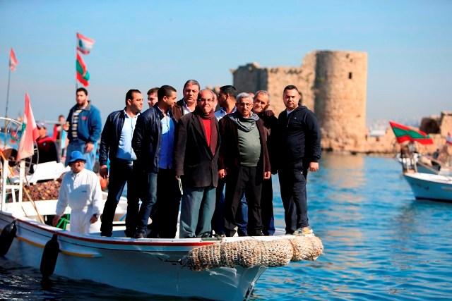 سعد خلال المسيرة البحرية للصيادين في الذكرى 42 لاستشهاد المناضل معروف سعد  نناضل لتحصيل حقوق الصيادين من العبدة الى الناقورة
