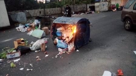 محتجون قطعوا طريق القياعة بمستوعبات النفايات احتجاجا على تردي الاوضاع
