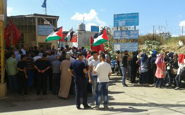 اعتصام امام مكتب الاونروا في مخيم نهرالبارد احتجاجا على تقليص الخدمات