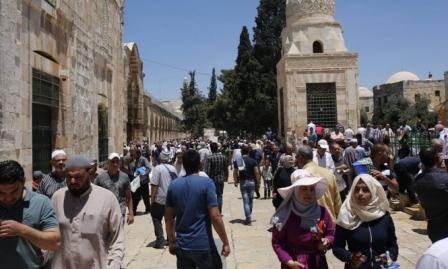 عشرات آلاف الفلسطينيين يتوافدون للمسجد الأقصى لإحياء