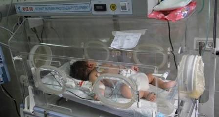 وفاة رضيع بغزة لعدم تحويله للخارج وتحذير من وفاة أخر خلال ساعات