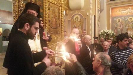 بالصور والفيديو - الشعلة المقدسة في كاتدرائية القديس جاورجيوس في وسط بيروت