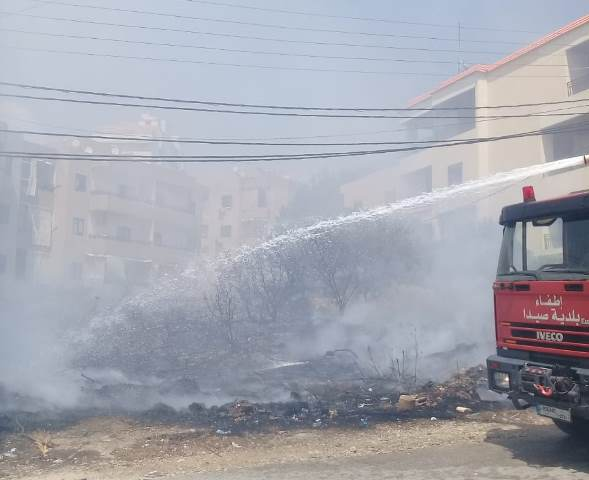 اخماد حريق اشجار وهشير في جادة بري شرق صيدا