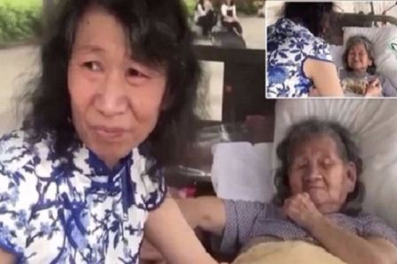 رجل صيني يرتدي ملابس نسائية منذ 20 عاماً